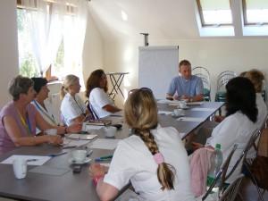 Uczestnicy praktyk podczas zajęć z bioetyki